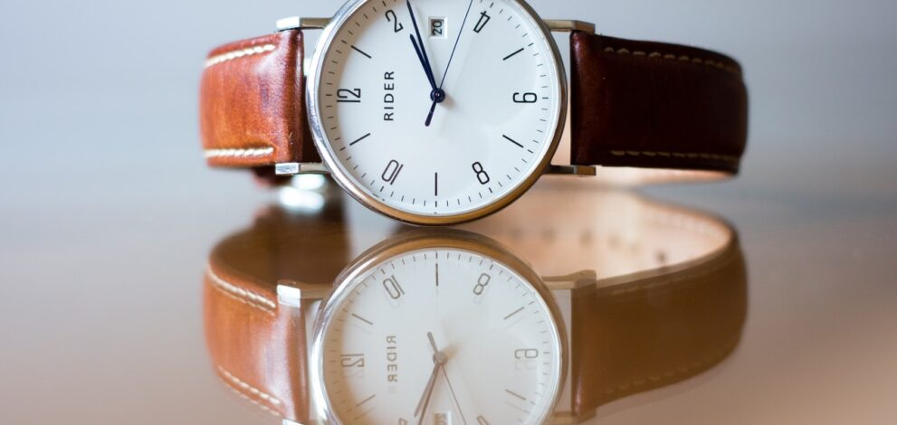 Armbåndsur ligger på bord og reflekterer