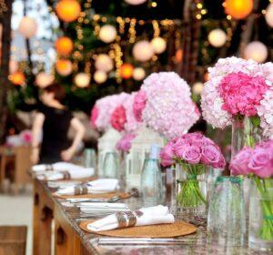 Bryllyp med røde blomster