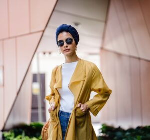 Stilede dame i gul jakke