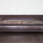 Gammel og slidt sofa